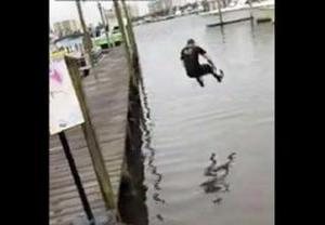 勢いよく海にダイブした男が飛び込み失敗の激痛アクシデント