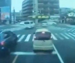 福岡の高齢者ドライバー逆走事故、事故の瞬間のドラレコ動画