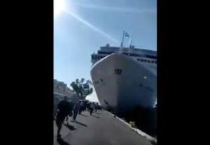 巨大豪華客船がクルーズ中に寄港した港に突撃して衝突する事故の瞬間
