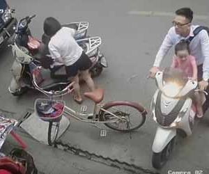 子供を乗せたスクーターが露天に激突してあわや大事故!