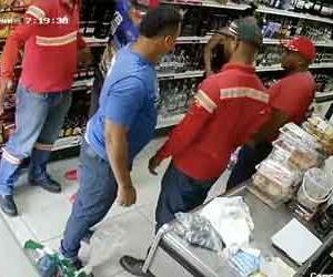 拳銃強盗が襲った店員に拳銃を奪われて撃退される防犯カメラ映像