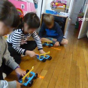 キットを使うと子供たちは大喜び! 日本の理科教材キットを使う「パリ こども教室」!?