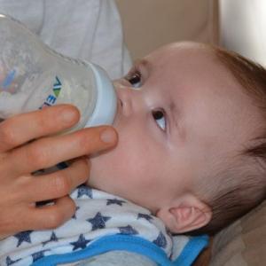 夜中に赤ちゃんのミルクを作るのは大変!便利な方法を紹介!