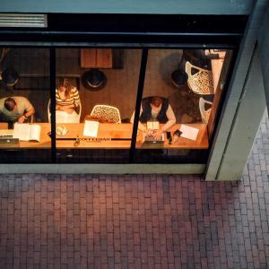 【家より捗る?】カフェで仕事するメリットとデメリット|コロナ禍によるテレワークという働き方