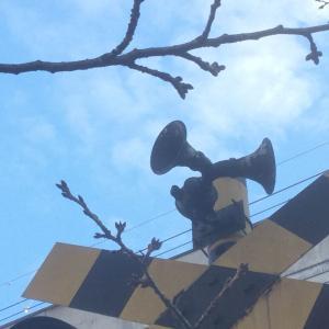 【阪神】児童公園にある「カンカン」音が聞こえてこなさそうな警報装置を持つ踏切警報機