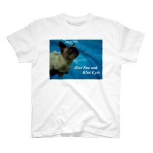 青い海と青い瞳のシャム猫 Tシャツ