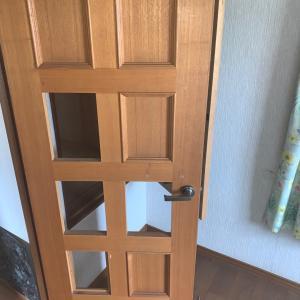 潰れた扉を直し、扉にクロス貼り