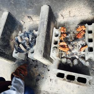 公園のデイキャンプコーナーでキャンパーが本気を出すと炊き出しになる