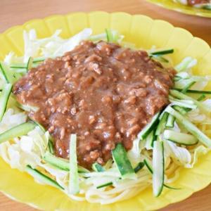 レタスとキュウリの肉味噌和え麺ピーナッツ風味