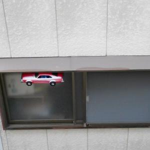 お盆に車のおもちゃ