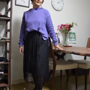 50代コーデ:パーカーにフェミニンスカート、ちょっとカジュアルダウンのウェーブコーデ