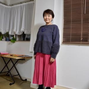【50代コーデ】鮮やかピンクのスカートのコーデで気分も上がる!パーソナルカラーの効果!