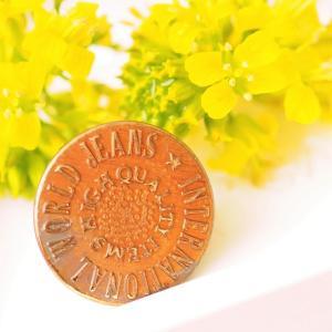 『郷愁を感じる ウヰスキーのコーマーシャル』ぽい、ジーンズのボタン と 雑草を可愛く撮りました。