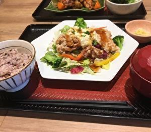 【大戸屋大宮すずらん通り店】期間限定の「ポテタル鶏竜田のサラダ定食」にチャレンジ!