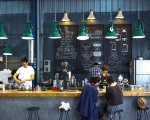 210121 コーヒーショップで「行ってらっしゃいませ!」