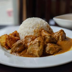 【大久保カフェ&バー】ネパールのシェフが作る鶏だし香るカレーが驚愕の旨さ!|OKUBO CAFE&BAR