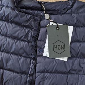 イタリアの老舗ブランドHOXのノーカラーダウンジャケット