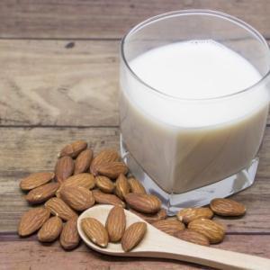 アーモンドミルクの健康効果は?美容効果の秘密と自家製アーモンドミルクの作り方教えます