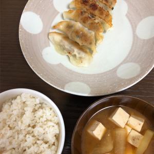 6月13日(木)の献立。餃子・味噌汁・7分搗き米