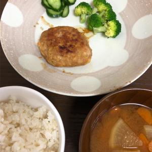 6月18日(火)の献立。豆腐ハンバーグ・ブロッコリー・きゅうりの浅漬け・味噌汁・7分搗きごはん