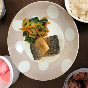 6月24日(月)の献立。サバのみそ煮・小松菜と人参の胡麻和え・赤カブの浅漬け・7分搗きごはん