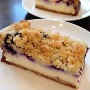 甘酸っぱくて濃厚。ブルーベリークランブルチーズケーキの簡単レシピ♡