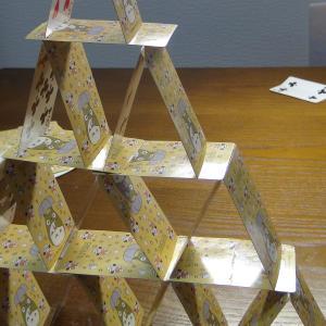 8歳の娘が、曲がったトランプで、トランプタワー4段に挑戦!!