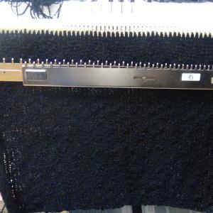 本日は、編み機でひざ掛け作り!