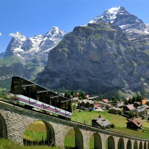 スイスハイキング      ケーブルカーと アイガー、メンヒ、ユングフラウ