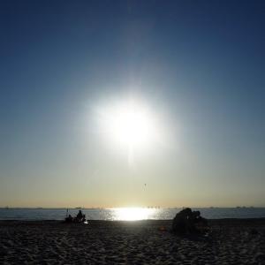 いなげの浜から見た海に沈む夕日と富士/千葉の風景