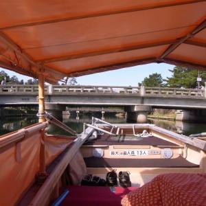 島根県・松江城のお堀を遊覧する堀川遊覧船は、屋根を畳まないと通れないハラハラドキドキの観光船!