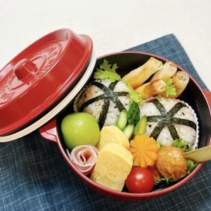 9月13日(月) 鮭わかめのまん丸おむすびと鳥つくね&えびとチーズのスティック春巻弁当