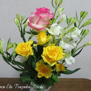 黄色とピンクのグラデーションの薔薇とアルストロメリア・オーレアの花束
