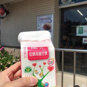 台湾のコンビニ!紙パックのドリンクを温めて飲む!
