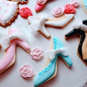 リボンをつけておしゃれな友達にプレゼントしたい♪【パンプスのクッキー型のアイシングクッキー】