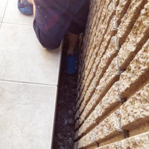 境界線を確認せずに建てた家①落葉がたまって雨水が流れなくなるので10センチの隙間が必要です。