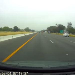 凄い勢いで追い越して行った車が交通事故を起こすところを撮影したドライブレコーダー!
