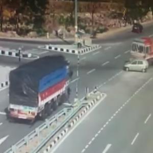 トラックとトラックの交通事故、挟まれた乗用車は・・・