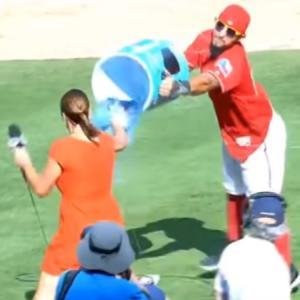 MLBの美人レポーターがなぜかびしょ濡れになってしまうハプニングがコチラ。