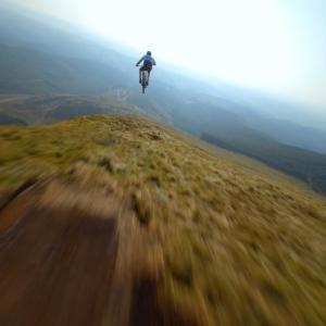 横が崖なのにマウンテンバイクで走りまくりジャンプまでしてしまう。