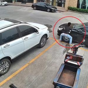 素手で車を動かす中国の怪力男が凄い!