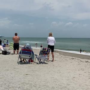 フロリダ州で開催された航空ショーでビーチに飛行機が不時着してしまいました。