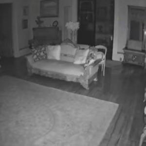 アメリカ、モーガンシティの屋敷に現れる白い服を着た女性の幽霊が現れたようです。