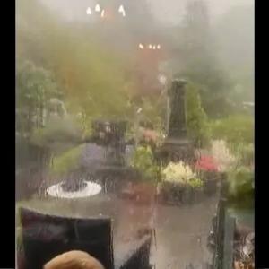 オランダで住宅の庭が竜巻のせいで一瞬でめちゃくちゃになってしまう。