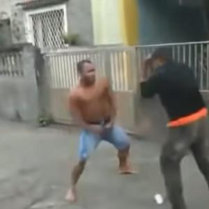 やけに攻撃が当たりにくい最強のおっさんが喧嘩をしている!
