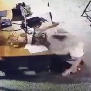 【動画】食事中をしている女性が肩に巨大ゴキブリを発見しパニックになる