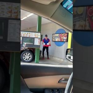 ハンバーガーショップの店員にローラースケートを履いてはいけない理由がコチラ。