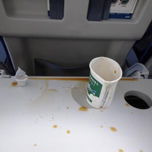 飛行機内の突然の揺れで