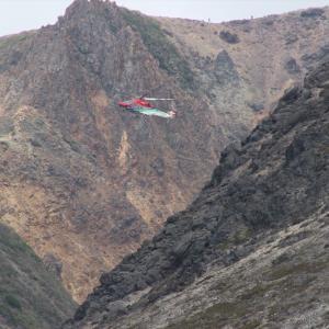 救助ヘリが低空で旋回