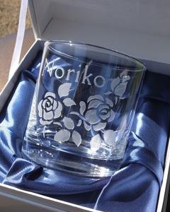 薔薇と名前を彫刻したグラス